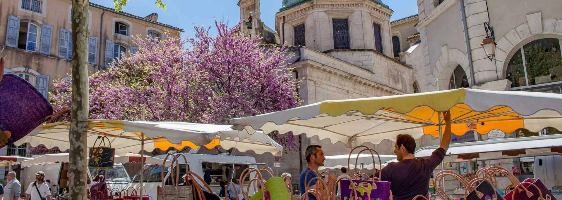 Marché d'Apt | Cathédrale Sainte-Anne| Sac | Panier | Exposants