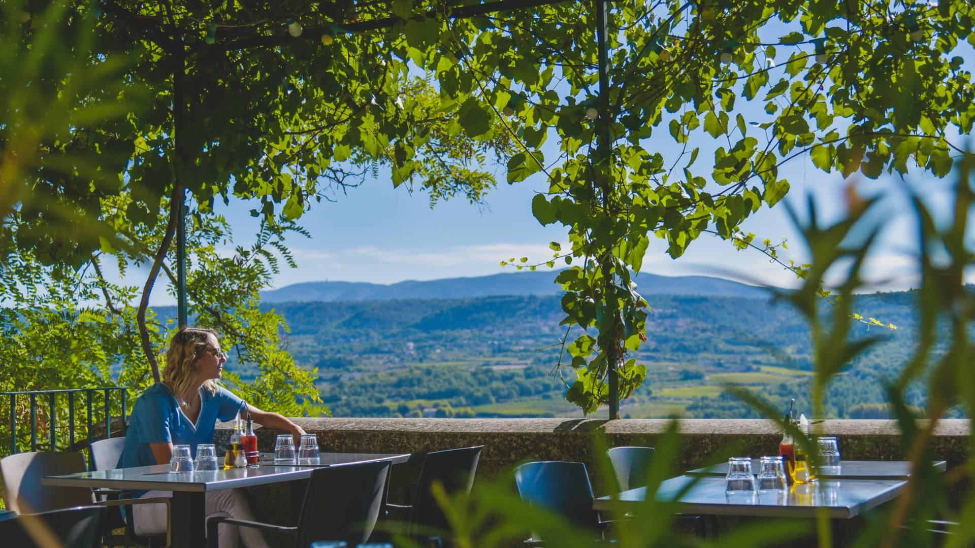 Vue de la terrasse du café de France à Lacoste en Luberon
