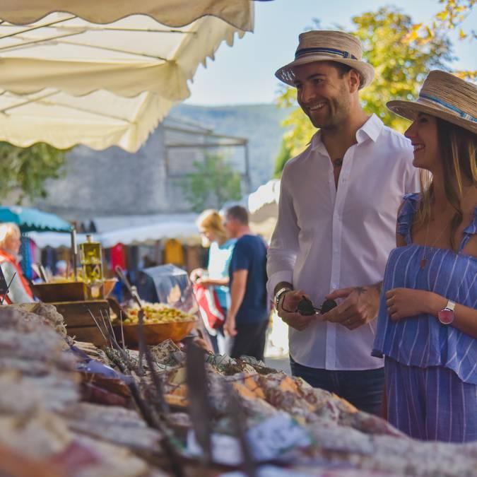 Couple   Marché de Bonnieux   Marché provençal