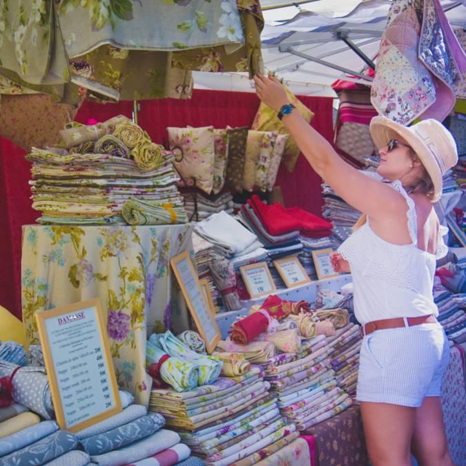 Marché de Bonieux dans le Luberon | Étals | Tissu | Exposants | Chapeau Margotulle