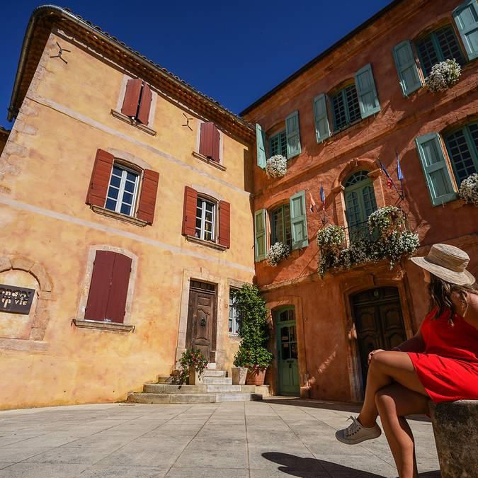 Roussillon | Façade colorées | Place | Mairie